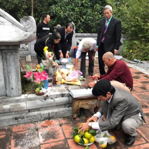 Lễ dâng hương tại mộ Đại danh y HTLO